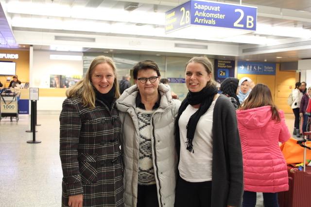 Laura Wicström Suomen Lähi-idän instituutista, Sirkku Kivistö AKYSin kummitoiminnasta ja Johanna Winberg Beirutista, kuulumisten ja kummipostien vaihtoa lentoasemalla.